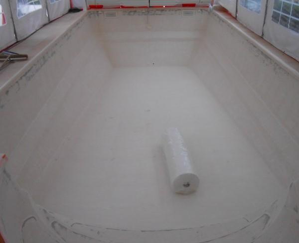 Coque polyester en cours de rénovation