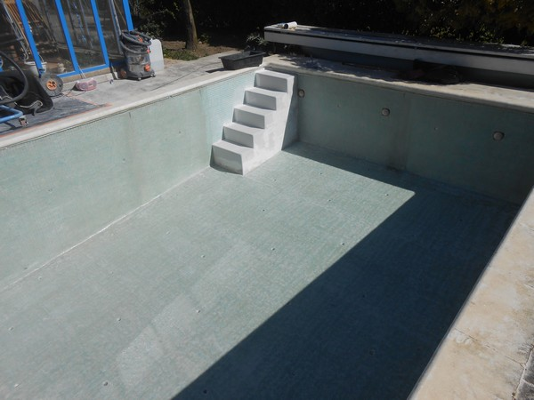 R novation piscine b ton sud resine for Escalier interieur piscine