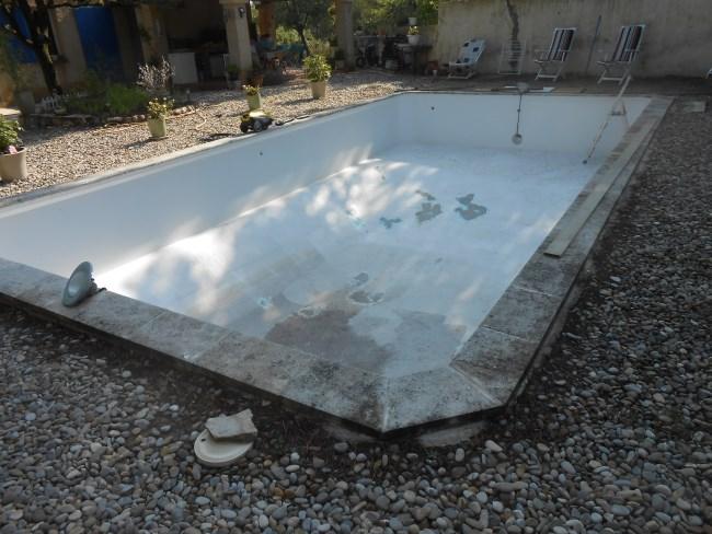 Piscine b ton peint sud resine for Piscine beton