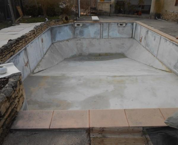 piscine sol béton-murs métalliques