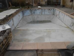 a piscine sol béton-murs métalliques